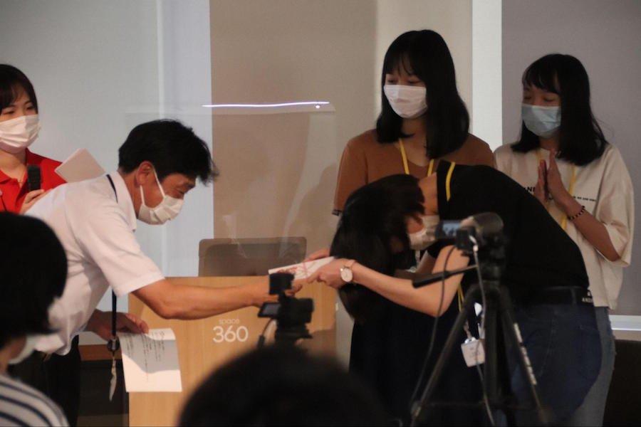 info_news_ryugakuseipresen_ph18.jpg